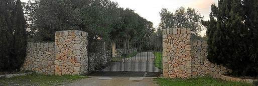 Vista de la entrada de la finca asaltada.