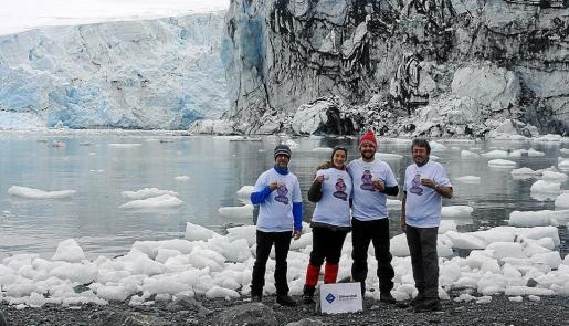 Javier Gulías, María José Clemente, Rafael Coopman y Jaume Flexas posan en el Glaciar Johnson.
