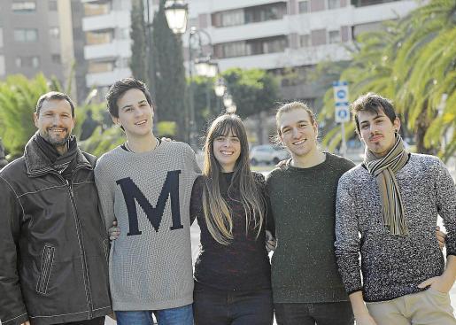 De izquierda a derecha: Juan M. Tello, Marcos Callejo, Irene J. García, Jon Urchegui y Rubén Gallardo, miembros del equipo de rodaje de 'Zero'.