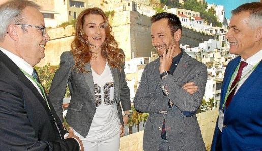 De izquierda a derecha, el presidente del Consell d'Eivissa Vicent Torres, la presentadora Mónica Martínez, el alcalde de Vila Rafel Ruiz y el director insular de Turisme, Vicent Torres 'Benet'.