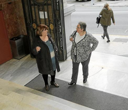 Xelo Huertas y Montserrat Seijas en la entrada del Parlament.