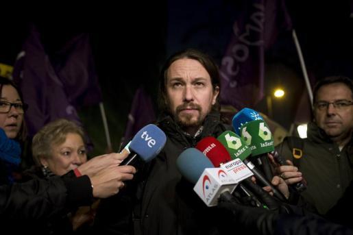 El líder de Podemos Pablo Iglesias realiza declaraciones a la prensa durante la manifestación convocada por el partido este viernes ante la sede de la CNMC en Madrid.