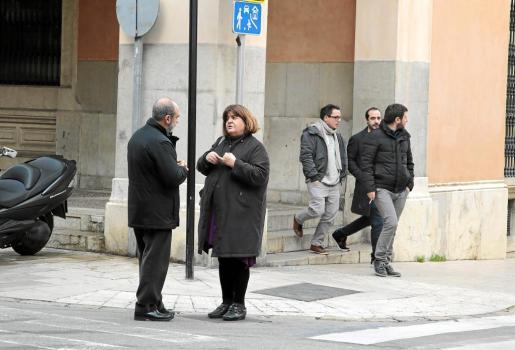 Huertas conversa en la calle mientras Jarabo, López y Saura miran a otro lado. Sucedía el viernes.