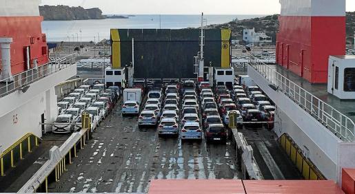 Las navieras Trasmediterránea y Baleària iniciarán en los dos próximos meses el traslado de los nuevos coches de alquiler que las empresas de rent a car de la Isla han comprado a los concesionarios de coches.