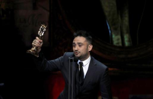 """El director Juan José Bayona, tras recoger el premio a """"Mejor dirección"""" por su trabajo """"Un monstruo viene a verme"""",."""