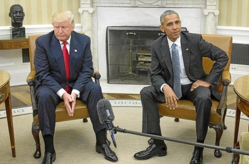 Barack Obama junto con Donald Trump.