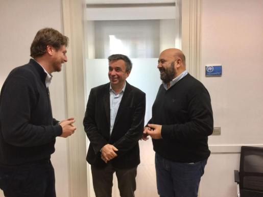 El ex conseller Jaime Martínez ha comunicado este martes a la dirección del PP en Balears su renuncia a presentarse como candidato a la presidencia del partido en el próximo Congreso Regional. En la imagen, Martínez conversa con Jaume Vidal y Sebastià Sagreras.