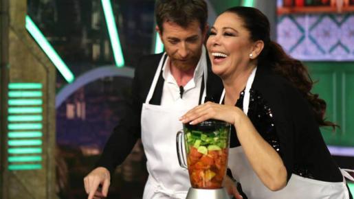 Isabel Pantoja hizo un gazpacho con la ayuda de Pablo Motos.