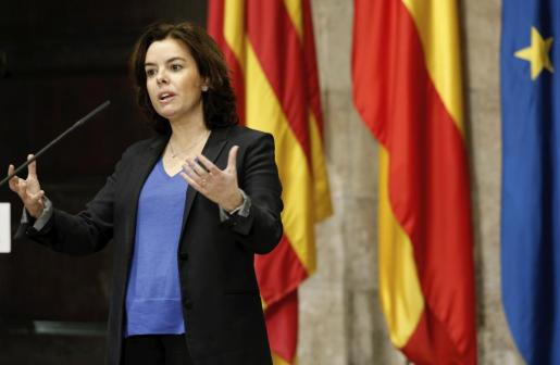 La vicepresidenta del Gobierno y ministra para las Administraciones Territoriales, Soraya Saénz de Santamaría, durante la rueda de prensa que ha ofrecido junto al president Puig tras la reunión que han mantenido este martes el Palau de la Generalitat en Valencia.