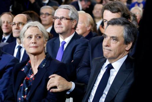 Penelope Fillon y François Fillon, candidato a comandar la derecha en las elecciones francesas, durante un acto este martes.