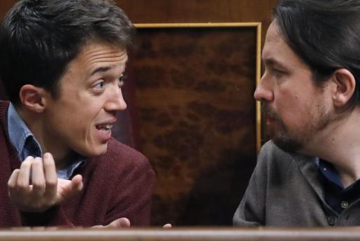 Los diputados de Podemos, Pabo Iglesias (d) e Íñigo Errejón durante el pleno del Congreso de los Diputados.