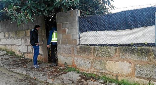 Dos agentes del Cuerpo Nacional de Policía durante las labores de búsqueda de Martí Sunyer.