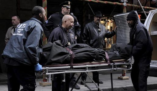 Efectivos forenses se llevan el cuerpo de Mark Madoff del edificio donde fue encontrado muerto en Nueva York.