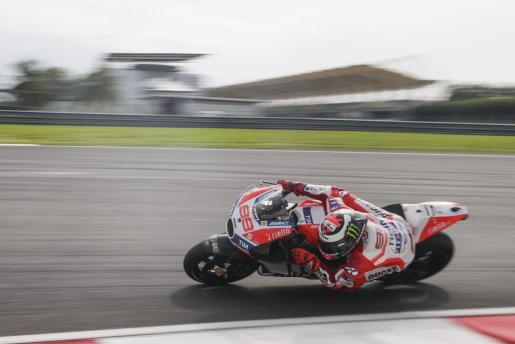 El español Jorge Lorenzo de Ducati participa en una sesión de prueba en el Circuito Internacional de Sepang (Malasia).