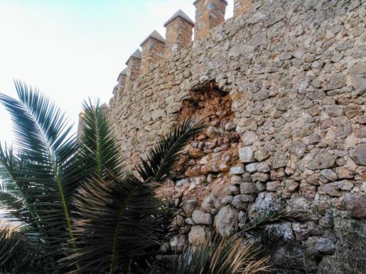En la imagen, se puede apreciar como caen las piedras de una sección de la muralla.