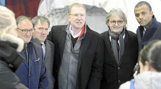 Robert Sarver, en el centro de la imagen, junto al presidente Monti Galmés y al consejero delegado, Maheta Molango, en el estadio de Los Pajaritos con motivo del Numancia-Mallorca.