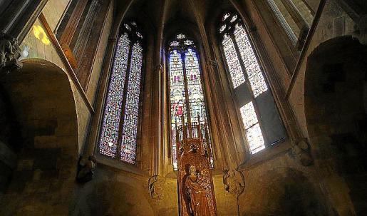 Capilla de la Santíssima Trinitat de la Catedral, con las vidrieras que se han llevado a Barcelona para su restauración.