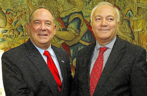 El ex embajador de Estados Unidos en España Eduardo Aguirre y el ex ministro de Exteriores Miguel Àngel Moratinos, en 2006.