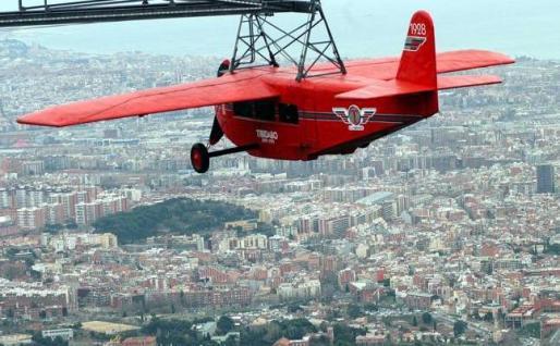 El avión convertido en atracción es una réplica del primero que unió los aeropuertos del Prat y Carabanchel (Madrid) en 1928.