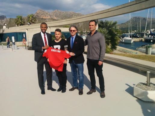 El consejero delegado del Real Mallorca, Maheta Molango, acompañado por el vicepresidente Monty Galmés, han arropado a Angeliño en el Port de Pollença durante su presentación como nuevo jugador del conjunto palmesano.