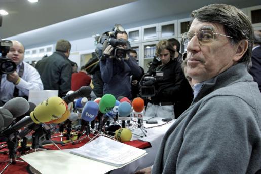El presidente de la Federación Española de Atletismo (RFEA), José María Odriozola, al inicio de la rueda de prensa que ofreció hoy para hablar sobre la trama de dopaje investigada en la Operación Galgo por la Guardia Civil.