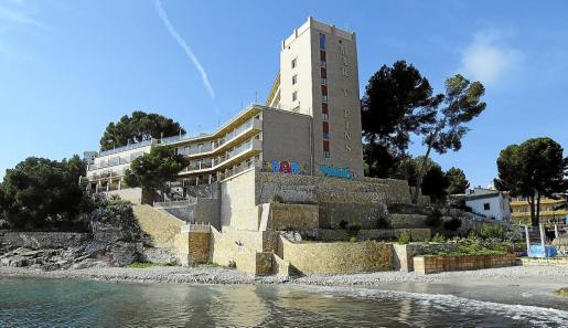 El hotel Mar y Pins está en perfecto estado, aunque los grafiteros han dejado su sello.