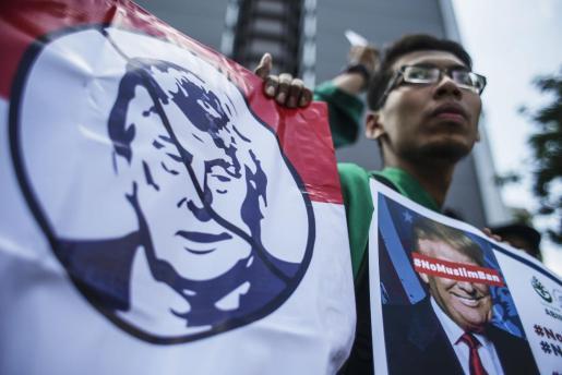 Una multitud protesta en Kuala Lumpur en contra del presidente de los Estados Unidos, Donald Trump, por la prohibición temporal de entrada a Estados Unidos de refugiados y ciudadanos de siete países musulmanes.