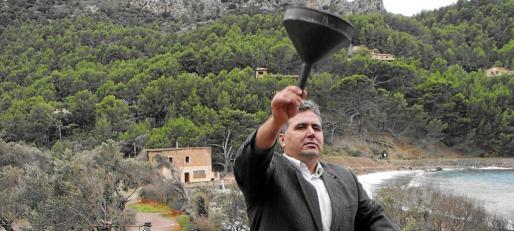 Pere Vicens, con Can Ganxo aun en pie, hacia 2010, denunciando la aplicación de la «ley del embudo» por parte de Costas.