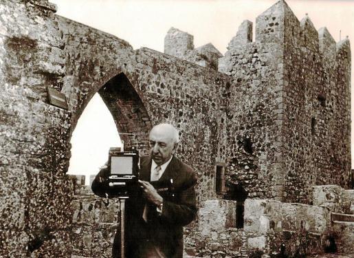 El fotógrafo e ingeniero aeronáutico José Ortiz Echagüe con su cámara en una imagen del final de su vida.