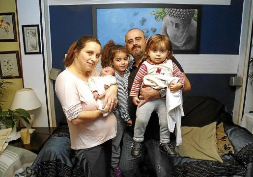 Anka Pola y Andrés García posan con sus tres hijos