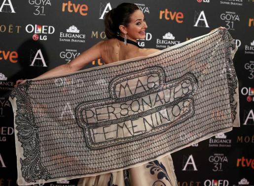 La actriz Cuca Escribano posa en la alfombra roja de los Premios Goya con un mensaje reivindicativo: «Más personajes femeninos».