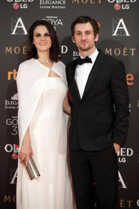 El realizador y actor Raúl Arévalo y la actriz Melina Matthews posan a su llegada a la gala de la XXXI edición de los Premios Goya.
