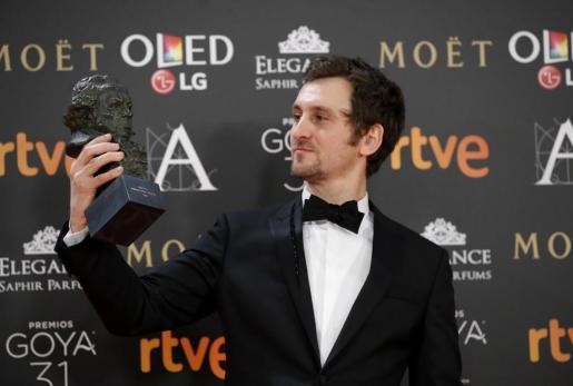 El actor y director, Raúl Arévalo, posa tras recibir el Goya a la mejor dirección novel.