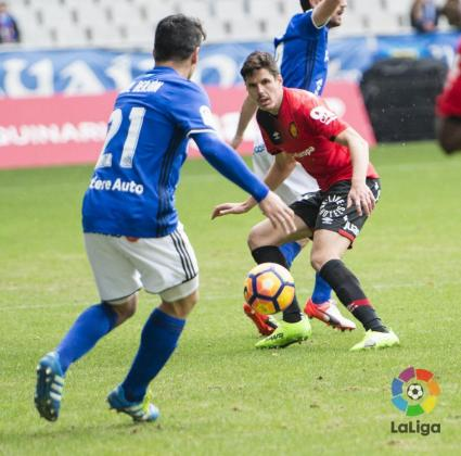 Yuste lucha por un balón ante un jugador del Oviedo.