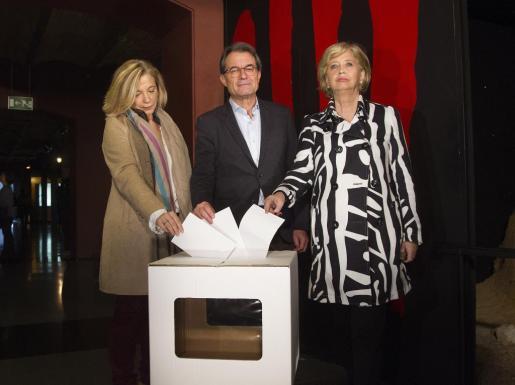 El expresidente de la Generalitat Artur Mas y las exconselleras Joana Ortega (i) e Irene Rigau.