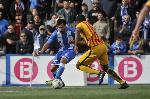Xisco Hernández, autor del segundo gol, intenta zafarse de un jugador rival.