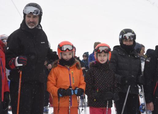 Los reyes Felipe y Letizia, acompañados por sus hijas, la princesa Leonor y la Infanta Sofía, han practicado esquí en las pistas de Astún.