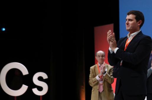 El presidente de Ciudadanos, Albert Rivera, aplaude durante la IV Asamblea General de Ciudadanos que se celebra en el Teatro Nuevo Coslada, en Coslada (Madrid), y que ha cerrado con un respaldo casi unánime a su gestión y a su proyecto de futuro, que pasa por entrar en los gobiernos que puedan a partir del próximo ciclo electoral que arranca en 2019.