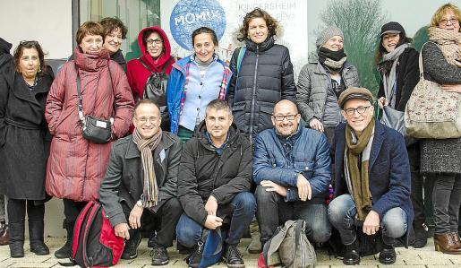 Los baleares y catalanes invitados a Momix representado a festivales de teatro posaron en Kingersheim, Francia, con responsables del evento.