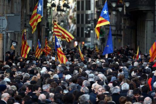 Cientos de personas acompañan al expresidente de la Generalitat Artur Mas, a la exvicepresidenta Joana Ortega (2i) y a la exconsellera Irene Rigau, hasta el Tribunal de Justicia de Catalunya (TSJC) donde este lunes comienza el juicio por los delitos de desobediencia grave y prevaricación al mantener la consulta independentista del 9N.