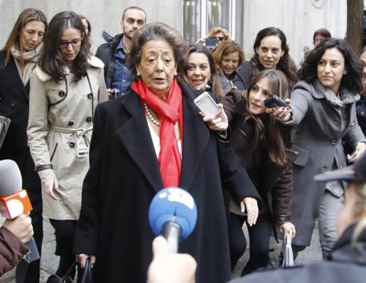 La senadora y exalcaldesa de Valencia por el PP, Rita Barberá, a su salida de la sede del Tribunal Supremo tras declarar voluntariamente como investigada o imputada por un delito de blanqueo de dinero relacionado con el caso Imelsa, pocos días antes de su muerte.