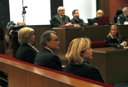 El expresident catalán, junto a las exconselleras Ortega y Rigau, sentados en el banquillo de los acusados por su partipación en la consulta soberanista del 9-N.