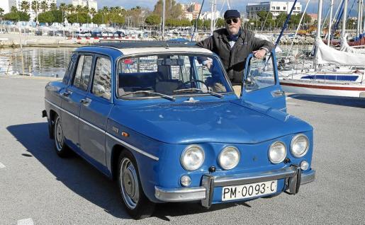 Toni Ramonell, junto a su Renault 8 de 1972, un coche al que tiene en gran estima a pesar de tener otros en su colección.