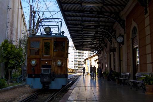Según el representante del ejecutivo, el tren de Sóller tiene un componente turístico muy marcado, y ello lo diferencia del resto de medios de transporte.