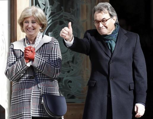 El expresident catalán Artur Mas y la exconsellera Irene Rigau, a su salida del Tribunal Superior de Justicia de Cataluña (TSJC), tras declarar en el juicio que se sigue contra ellos por los delitos de desobediencia grave y prevaricación al mantener la consulta independentista del 9-N.