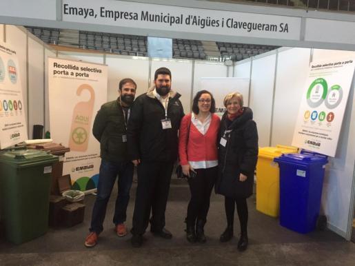 La gerente de Emaya, Imma Mayol (d), y la regidora de Turismo, Comercio y Trabajo, Joana M. Adrover, han visitado este lunes el 'stand' de la empresa municipal en la feria Horeca.