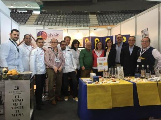 En la imagen, la directora general de Turismo del Govern de les Illes Balears, Pilar Carbonell; Koldo Royo, presidente de ASCAIB; Alfonso Robledo, presidente de Restauración Mallorca y directivos de Makro.