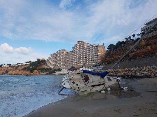 Barco varado en la playa de El Toro.