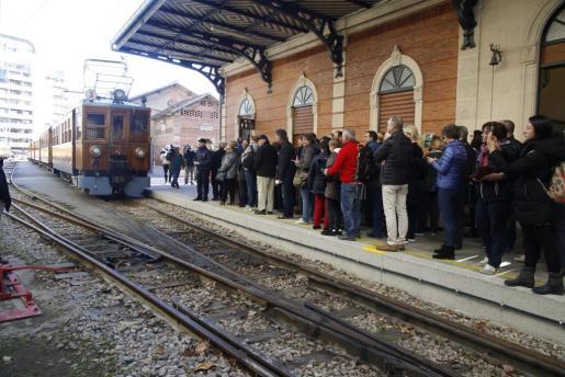 El Tren de Sóller ha vuelto a la actividad este lunes tras tres meses parado por mantenimiento. El primer grupo de pasajeros de este año espera para subir al tren.
