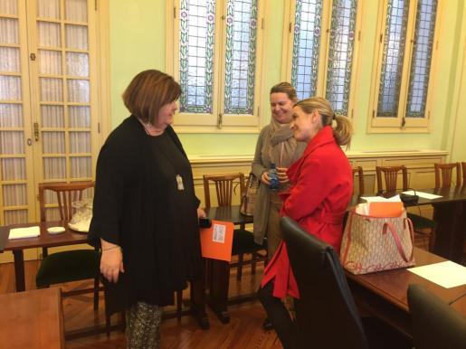 Xelo Huertas, Marga Prohens y María Salom charlan en el Parlament.